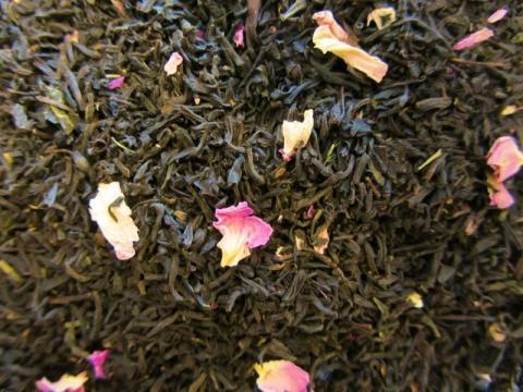 Rosentee mit Blüten